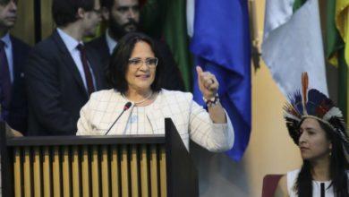 Photo of Ministra Damares Alves aparece de azul em loja e é questionada por vendedor